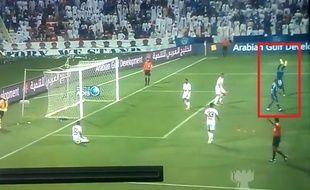 L'attaquant d'Al Nasr Ibrahima Touré a fait le poirier en plein match et a écopé d'un carton jaune pour ce geste.