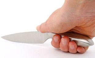 Une personne tenant un couteau (illustration).