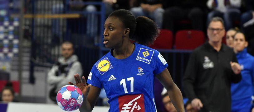 Siraba Dembélé avec l'équipe de France de handball lors de l'Euro 2018.