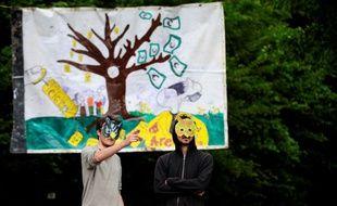 Deux opposants au projet Cigeo d'enfouissement de déchets radioactifs occupant le bois de Mandres-en-Barrois (Meuse), le 21 juin 2016.