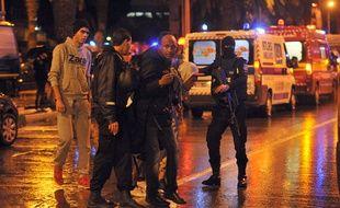 Des policiers bloquent le quartier où a eu lieu un attentat dans un bus, à Tunis, le 24 novembre 2015.