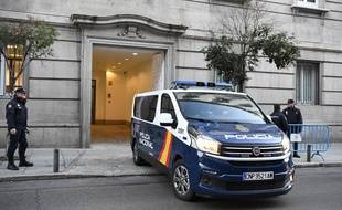 Un véhicule de police quitte le tribunal de Madrid, en Espagne, le 12 février 2019.