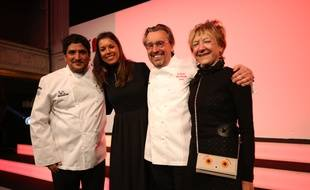 Les nouveaux Trois-Etoiles Mauro Colagreco (à g.) et Laurent Petit, avec leurs épouses respectives