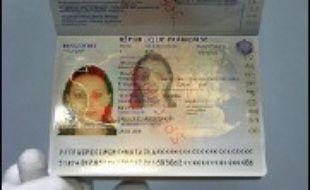 310x190_personne-imprimerie-nationale-flers-en-escrebieux-presente-specimen-nouveau-passeport-electronique