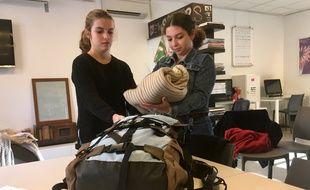 Lysa et Lilou, deux lycéennes, composant un sac à dos pour l'opération Sakado.
