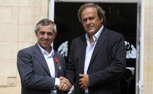 Alain Giresse, ancien milieu international de Bordeaux et Marseille, a été décoré de la Légion d'Honneur par le président de l'UEFA Michel Platini, son ancien coéquipier chez les Bleus, lundi au château du Haillan, en présence d'anciens partenaires et amis du +lutin+ bordelais.