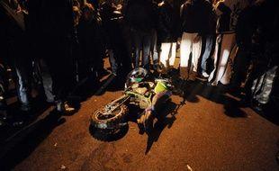 La moto de l'accident entre deux adolescents et une voiture de police à Villiers-le-Bel (Val d'Oise), le 25 novembre 2007.
