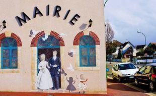 Des mariés sur une fresque, sur la façade de la mairie de Chaufour-Notre-Dame (illustration).