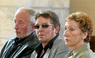 Jacky Kulik (au c.), père d'Elodie , et les parents adoptifs de Patricia Leclercq, en 2002.