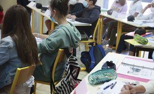 Illustration de collégiens dans leur classe.