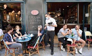 Des clients en terrasse à Paris, en juin 2020.