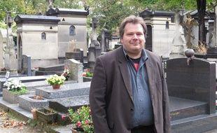 Guillaume Bailly, croque-mort depuis douze ans et auteur de «Mes sincères condoléances» au cimetière Montparnasse, le 8 octobre 2014.
