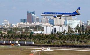 Illustration d'un avion atterrissant à l'aéroport international de Fort Lauderdale (Etats-Unis).