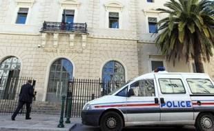 Une voiture de police devant le tribunal d'Ajaccio en Corse, le 12 mai 2014