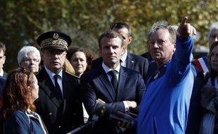 Illustration: Le préfet de l'Aude Alain Thirion (G), ici avec le président Emmanuel Macron et des habitants des zones sinistrées par  les inondations à Villalier, le 22 octobre 2018.