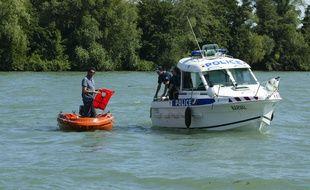 Une navette fluviale de la police sur les berges du Rh™ne ˆ Lyon, le 27 juin 2011. CYRIL VILLEMAIN/20 MINUTES