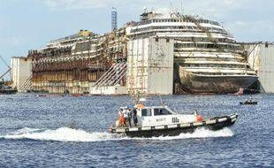 L'épave du Costa Concordia devant le port de l'île du Giglio, le 22 juillet 2014