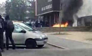 Vidéo d'un incendie provoqué devant un lycée de Sarcelles (Val d'Oise)