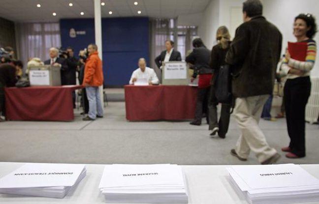 Dans un bureau de vote pour les primaires socialistes  le 16 novembre 2006 à Marseille. Contrairement à 2011, le vote avait été réservé aux seuls militants socialistes.