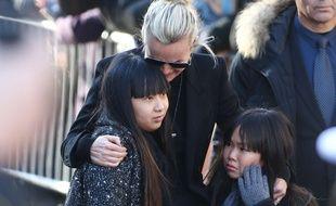 Jade, Laeticia et Joy Hallyday le 9 décembre lors des funérailles de Johnny à l'église de la Madeleine.