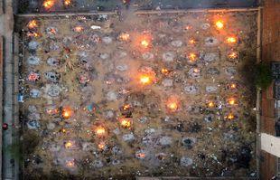 Un terrain de crémation de victimes du Covid-19 à New Delhi, en Inde, le 26 avril 2021.