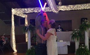 Deux Américains de l'Indiana ont choisi d'ouvrir le bal de leur mariage avec un duel de sabres laser, début mai 2017.