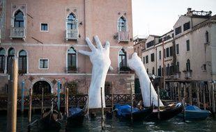 culpture géante de Lorenzo QUINN, sur le Grand Canal, en face du Marche du Rialto, Venise, Italie, le 17 Février 2018. Oeuvre dans le cadre de la Biennale de Venise pour alerter et denoncer le réchauffement climatique.