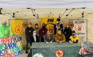 Les sept militants réunis avant l'audience à Bordeaux.