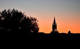 Le soleil se couche sur l'église de Saint-Emilion (Gironde).