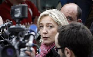 """Marine Le Pen, candidate du FN à l'Elysée, a espéré jeudi que """"le peuple français (n'avait) pas la mémoire d'un poisson rouge"""" par rapport aux promesses de Nicolas Sarkozy en 2007 et a comparé la présidentielle de 2012 à un choix """"peut-être"""" aussi important que celui entre la monarchie et la République."""