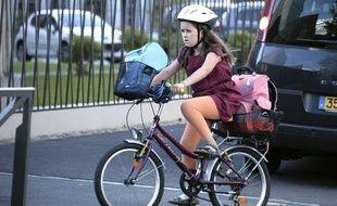Une enfant à vélo