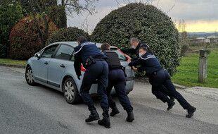 Les gendarmes ont poussé le véhicule, et le conducteur a pu redémarrer