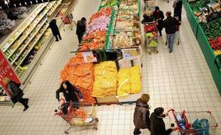 Plus d'un Français sur cinq se dit dans une situation financière précaire qui l'oblige à rogner sur tous les postes de consommation, y compris l'alimentation et la santé, et près de la moitié déclare avoir tout juste de quoi boucler son budget, selon une étude publiée lundi.