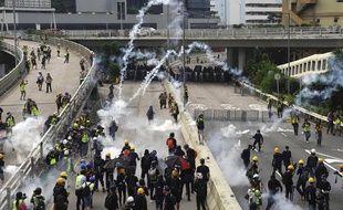 La police antiémeute hongkongaise a chargé, samedi 24 août 2019, des manifestants prodémocratie qui avaient érigé une barricade dans le quartier de Kwun Tong.