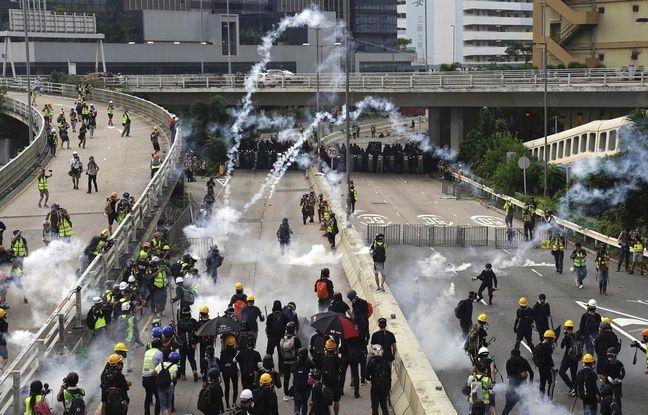 Manifestations à Hong Kong: La police anti-émeute charge les manifestants et sort les gaz lacrymogènes