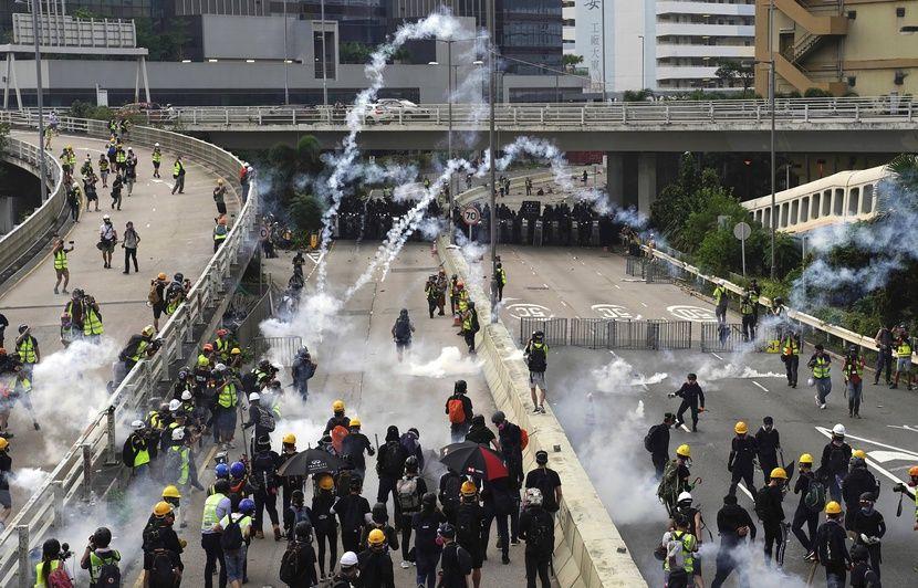 https://img.20mn.fr/aGccWMLSSPKZ_h_ehYp1hg/830x532_la-police-antiemeute-hongkongaise-a-charge-samedi-24-aout-2019-des-manifestants-prodemocratie-qui.jpg