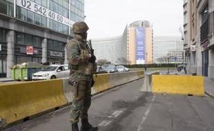 Un soldat belge devant l'immeuble Berlaymont à Bruxelles, près du siège de la Commission européenne, après les attaques du 22 mars 2016.