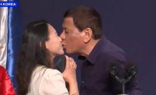 Le président philippin Rodrigo Duterte a embrassé une inconnue lors d'un meeting avec la communauté philippine en Corée du Sud.