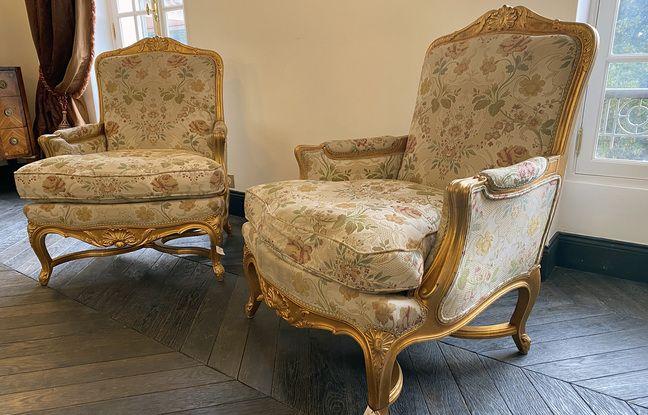 Les fauteuils de Gabrielle Chanel. L'un est celui où elle s'asseyait tout le temps, l'autre est celui de son chat