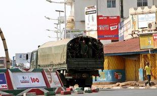 La police burundaise patrouille dans la capitale Bujumbura le 2 août 2015, après la mort du bras droit du président