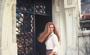 La chanteuse Dalida devant chez elle, 1976