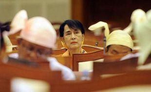 """Le parti d'Aung San Suu Kyi a salué jeudi l'allègement des sanctions américaines sur la Birmanie, mais l'opposante a émis une certaine réserve en renouvelant son appel à la """"transparence"""" des investissements, désormais autorisés, dans le pétrole et le gaz."""