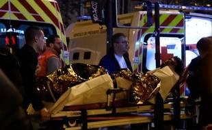 Un blessé évacué du Bataclan le 13 novembre 2015 à Paris