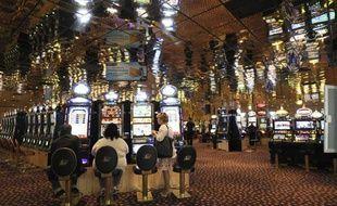 Des clients jouent, le 18 avril 2011 dans la salle des machines à sous du Casino Partouche d'Aix-en-Provence.