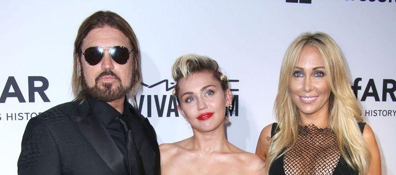 La chanteuse Miley Cyrus, entourée de ses parents, Billy Ray et Tish Cyrus
