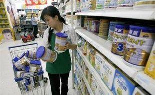 Les quotidiens du matin ont publié intégralement la liste des fabricants et des 69 lots infectés par la mélamine, une susbtance chimique ajoutée frauduleusement pour faire apparaître le taux de protéines du lait plus élevé.