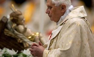 Le pape Benoit XVI célèbre la messe de Noël dans la basilique St-Pierre de Rome, le 24 décembre 2009.