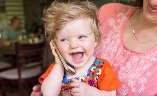 Un bébé avec un portable.