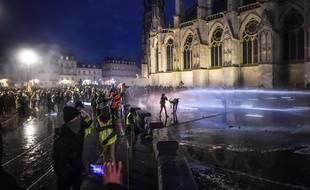 """Le samedi 12 janvier, des émeutes ont eu lieu après la manifestation des """"gilets jaunes"""" à Bordeaux, sur la place Pey-Berland. //AMEZUGO_10288/Credit:UGO AMEZ/SIPA/1901130110"""