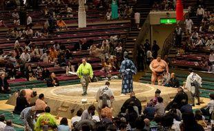 Les femmes ont interdiction de fouler le «dohyo», podium en argile où s'affrontent les lutteurs.